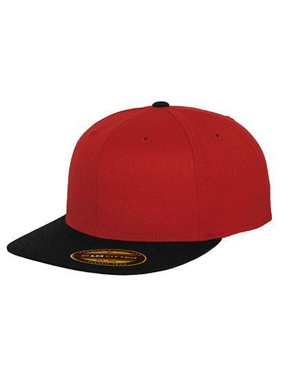 Czerwona czapka z czarnym daszkiem