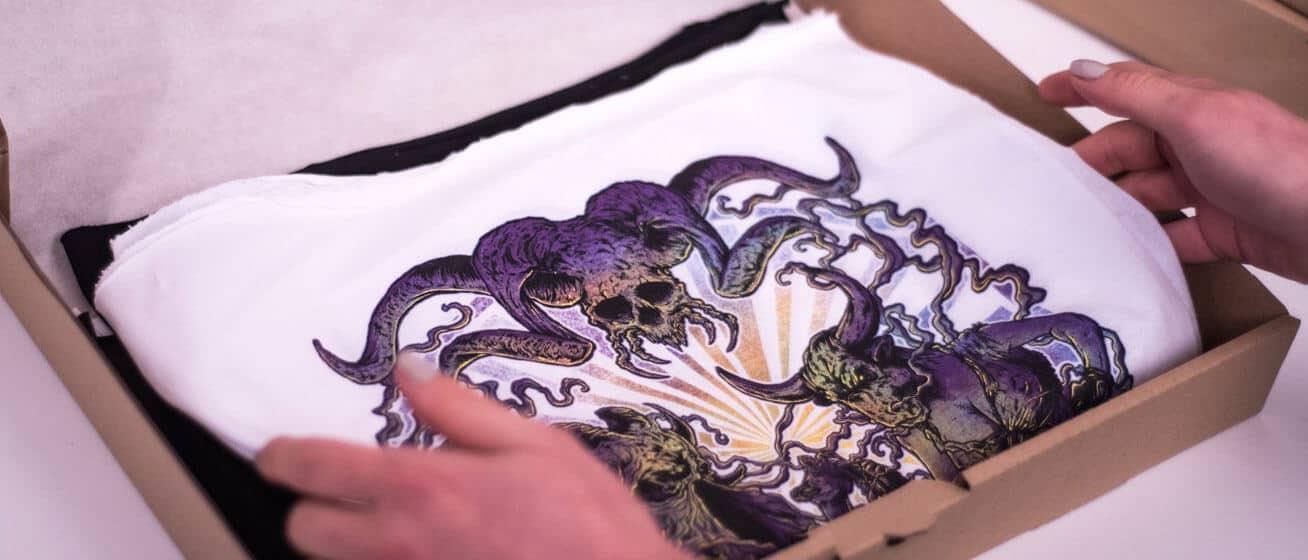 Zapakowana koszulka z nadrukiem