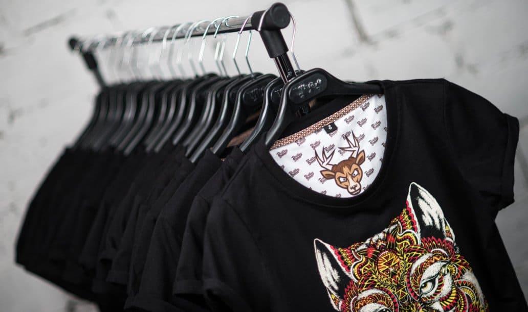 Koszulki z nadrukiem na wieszaku